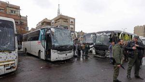 Pommien vahingoittamia busseja.