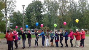 Mikkelin Naisten Pankin paikallisryhmä liikuntatapahtumassa Kirkkopuistossa syyskuussa 2016.