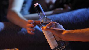 Viinapuollo menossa kädestä toiseen