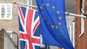 Britannian ja EU:n liput salossa.