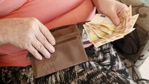 Eläkeläinen ja rahaa.