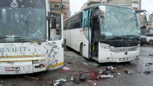 kaksi pommin pirstomaa bussia