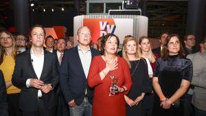 Pääministeripuolue VVD:n jäseniä odottamassa vaalituloksia Hollannissa.