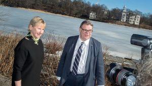Ruotsin ulkoministeri Margot Wallström ja ulkoministeri Timo Soini Auringossa Töölönlahdella.