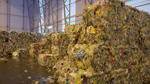 Muovijäte lajiteltuna paaleihin odottamassa jatkokäsittelyä