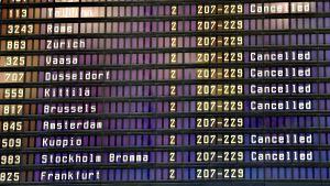 Peruttuja lentoja näyttötaululla Helsinki-Vantaan lentoasemalla