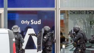 Poliisin erikoisjoukot lähetettiin Orlyn lentokentälle Pariisiin hyökkäysyrityksen vuoksi.