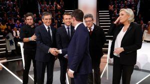 Ehdokkaat vasemnalta Fillon, Macron, Hamon selin, Mélenchon ja Le Pen oikealla