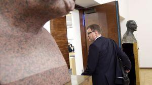 Pääministeri Juha Sipilä menossa eduskunnan täysistuntoon 15. maaliskuuta.