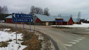 Untamalan kylältä on 14 kilometriä Ylistaron keskustaan, josta palvelut pääasiassa haetaan.