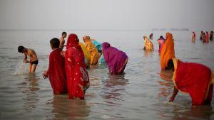 Hindut kylpevät pyhässä Ganges-joessa.