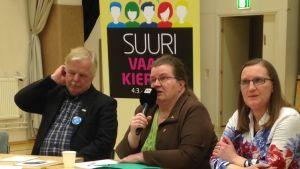Matti Mäntylä (ps.), Liisa Korpela (kesk.) ja Tiina Malm (kok.)  vaalipaneelissa Kärkölässä