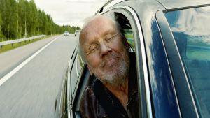 Heikki Nousiainen tähdittää Saattokeikka -elokuvaa.
