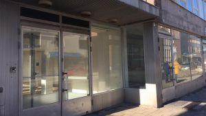 Kuvassa tyhjän liiketilan ikkuna