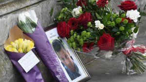 Kukkia ja kuva poliisi Keith Palmerista.