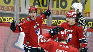 HIFK:n Oliwer Kaski (vas.), Joe Finley ja Mikael Johansson