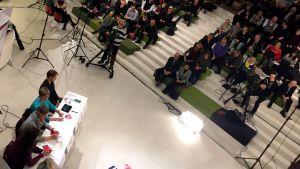 Yleisö seuraa kuntavaalipaneelia Seinäjoen Apila-kirjastossa