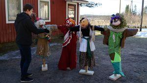 Anu Hakamäki tutkailee taidepelättejä