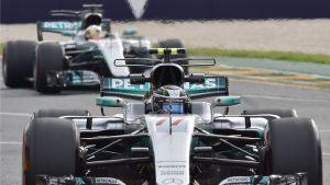 Valtteri Bottas Mercedeksen ratissa. Takana tallikaveri Lewis Hamilton.