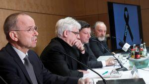 Günter Lubitz (vas.) lehdistötilaisuudessa. Vieressä media-asiantuntija Hans-Joachim Rüdel, seuraavana asianajaja Andreas Behr ja äärimmäisenä oikealla toimittaja Tim van Beveren.