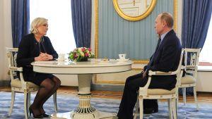 Marine le Pen ja Vladimir Putin.
