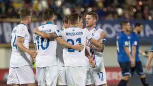 Islannin pelaajat juhlivat maalia Kosovoa vastaan 24.3.2017.