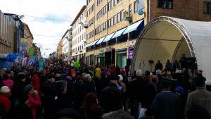 Vaalikadun avajaispaneeli kiinnosti yleisöä Turun kävelykadulla.