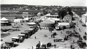 Mustavalkokuva tivolista Hämeenlinnan Rantatorilla 1930-luvulla