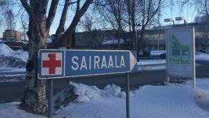 Länsi-Pohjan keskussairaalaan ohjaava kyltti.