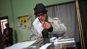 Bulgarialaismies kävi äänestämässä äänestyspaikalla Sofiassa sunnuntaina
