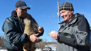 Sulo Suhonen ja venäläinen susien palkkionmetsästäjä Vladimir Belov kaupanteossa Venäjän Värtsilässä.