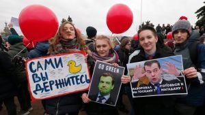 Mielenosoittajat pitelivät Dmitri Medvedevin kuvia Pietarissa 26. maaliskuuta 2017. Keltaisesta ankasta on tullut Medvedeviin liitetyn korruption symboli Venäjällä.