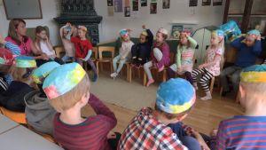 Helsingin Vironniemen päiväkodin lapset ottavat tuntumaan päätöksentekoon ja kokouskäytäntöihin.