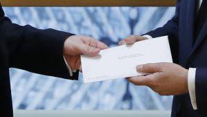 Britannian EU-edustaja Tim Barrow ojensi maansa erokirjeen Euroopan neuvoston puheenjohtajalle Donald Tuskille
