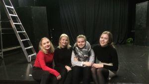 Kallion lukion Maija Kenttämies, Eevi Heikkinen, Ainu Kortelainen ja Sanni Granqvist fanittavat Skamia.