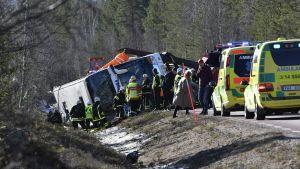 Pelastusviranomaisia Svegin ja Fågelsjön välillä sattuneella onnettomuuspaikalla Ruotsissa 2. huhtikuuta.
