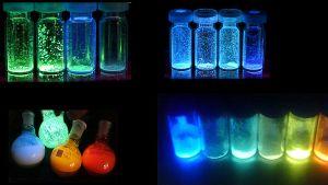 Pyörivien molekyylien tuottamaa valoa koeputkissa.