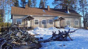 Vanha puukoulu Rumon kylässä on rakennettu 1930-luvulla.