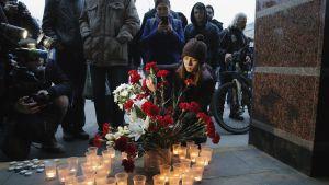 Ihmiset laskivat kukkia Sennaya ploštšad -metroaseman edustalle Pietarissa 3. huhtikuuta.