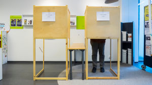 Äänestäjä äänestyskopissa.