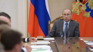 Vladimir Putin kokousti Venäjän hallituksen kanssa 22. heinäkuuta 2016.