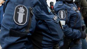Kaksi poliisia partioi.