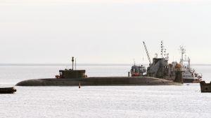 Juri Dolgoruki -niminen venäläinen sukellusvene kuvatttuna Severodvinskin satamassa heinäkuussa 2009. Kuva jutussa käsiteltävästä Dmitri Donskoi -sukellusveneestä artikellin lopussa olevasta linkistä.