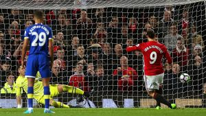 Manchester Unitedin Zlatan Ibrahimovic laukoo rangaistuspotkua.