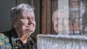 Leila Kananen katselee ikkunasta ulos