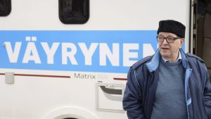 Terve Helsinki -liikkeen kuntavaaliehdokas Paavo Väyrynen kampanjoimassa Laajasalossa Helsingissä 7. huhtikuuta.