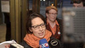Kristillisdemokraattien puheenjohtaja Sari Essayah haastateltavana hänen saavuttuaan Kuntatalon vaali-iltaan kunnallisvaalien vaalipäivänä Helsingissä sunnuntaina 9. huhtikuuta.