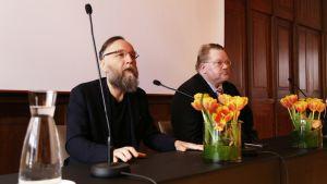Venäläinen ideologi Aleksandr Dugin puhuu Johan Backmanin vierellä.