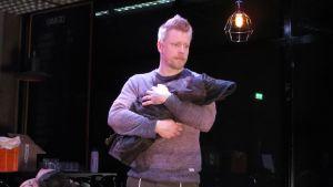 Näyttelijä Kimmo Hirvenmäki.