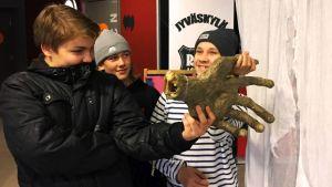 Viitaniemen koulun oppilaat Jiri, Veeti ja Rene lähtevät 3000 muun keskisuomalaisen kasiluokkalaisen kanssa taidetestaajiksi lukuvuonna 2017–2018.